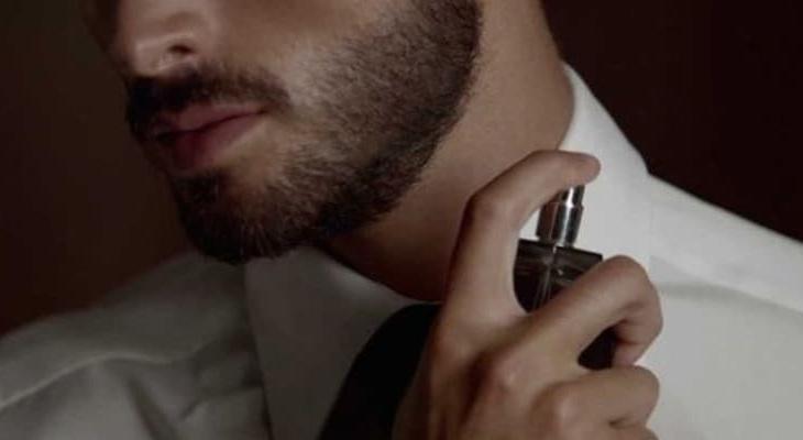 como passar perfume homem